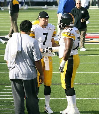 Kendall Simmons - Simmons (right) talks with Ben Roethlisberger prior to a game in 2006.