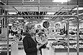 Kerstmis nadert, kerstballen groot en klein te koop in de warenhuizen, Bestanddeelnr 917-2154.jpg