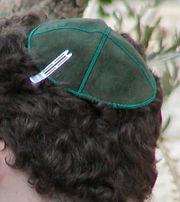 Kipá ,símbolo distintivo usado principalmente pelos judeus rabínicos como Temor a D-us