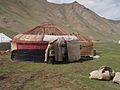 Kirgizische vrouwen plaatsen bedekking op een joert, -20 mei 2010 a.jpg