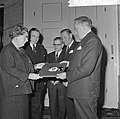 Koningin Juliana krijgt grammofoonplaat, gemaakt bij huwelijk prinses Beatrix , , Bestanddeelnr 918-9403.jpg