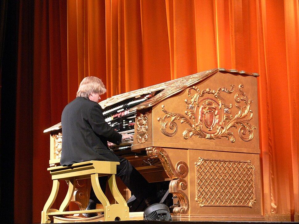 LA El Capitan organist 1