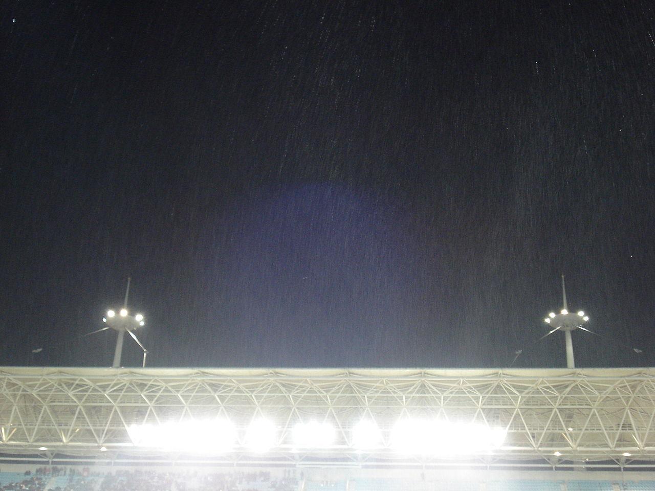 File la pluie sur le stade de rad s pendant le match for Porte 8 stade rades