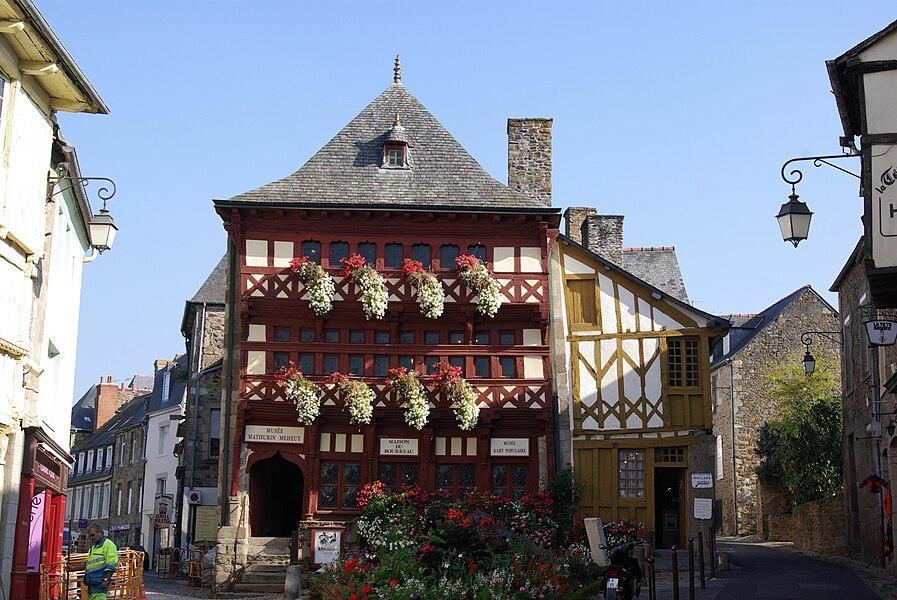 Lamballe in der Bretagne in Frankreich. Das Foto zeigt das Museum, im Rücken ist der Marktplatz (geotags in den EXIF-Daten).