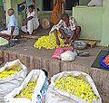 Le marché aux fleurs (Madurai, Inde) (14118081842).jpg