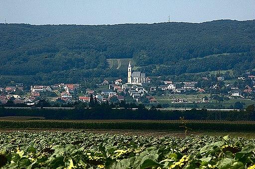 Blick auf Kleinhöflein (Stadtteil von Eisenstadt) am Südhang des Leithagebirges (Burgenland, Österreich)
