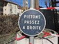 Lyon 9e - Panneau piétons passez à droite (fév 2019).jpg