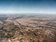 Photographie aérienne de Lyon, prise depuis le sud-ouest. Au premier plan, Saint-Genis-Laval et Oullins.