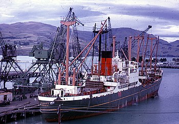 De Kaimiro aan het laden in Lyttelton in 1968.