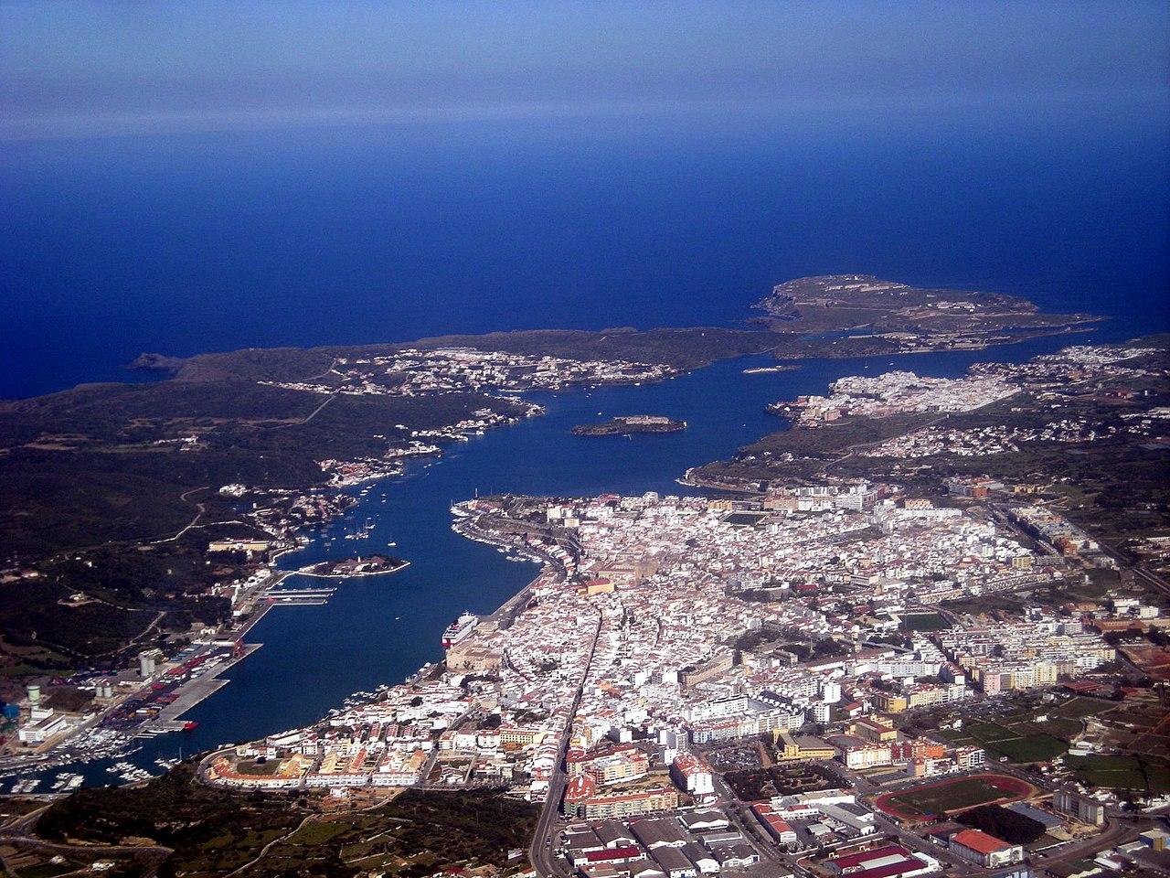 El puerto y la ciudad de Mahón desde el aire