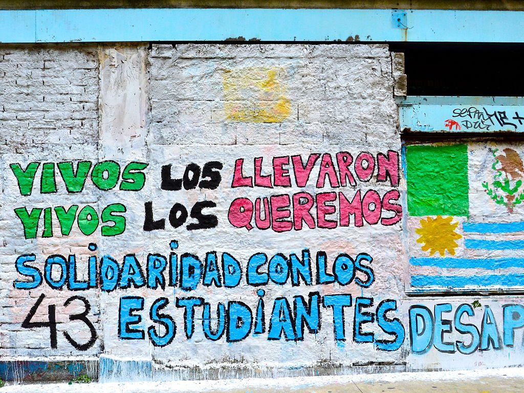 Pintada en protesta por la desaparición de los 43 estudiantes de la Escuela Normal Rural Raúl Isidro Burgos, en Ayotzinapa (México).