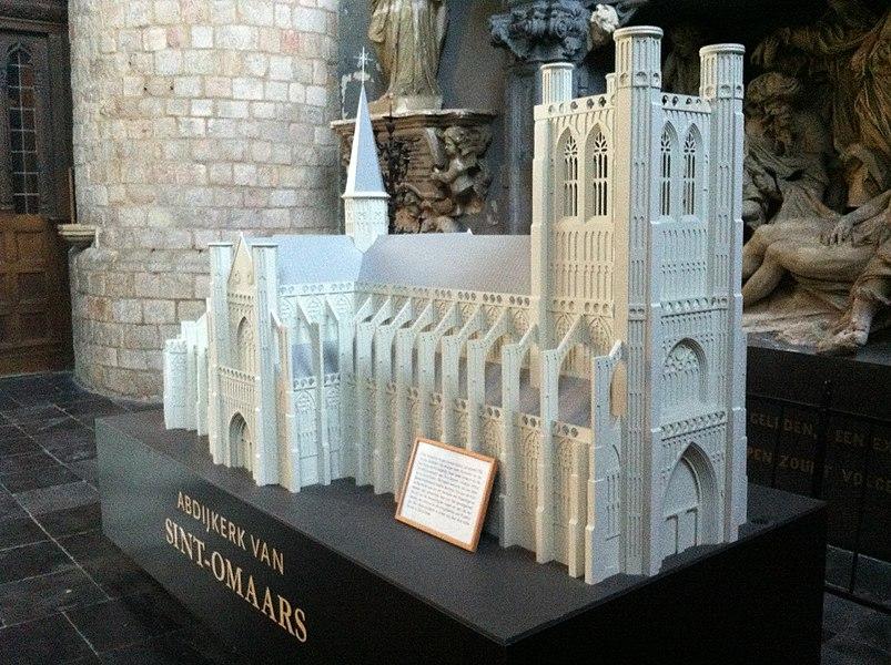 Maquette van de Abdijkerk van Sint-Omaars. Getrouwe replica op schaal 1/50 van de abdijkerk, die vroeger deel uitmaakte van de Sint-Pieter-en-Paulusabdij (later bekend als de Sint-Bertinusabdij) van Sint-Omaars. (Sint-Bertinuskerk, Poperinge, 14/10/2011.)