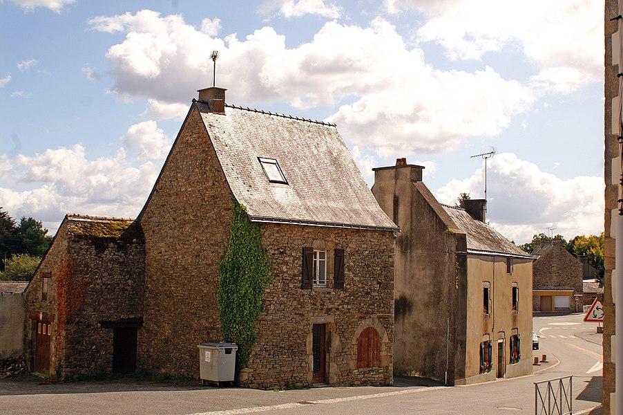 Anciennes maisons, rue de la Fontaine, au bourg de Marzan.