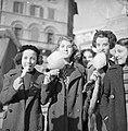 Meisjes met een suikerspin op de kerstmarkt gehouden op de Piazza Navona, Bestanddeelnr 191-1182.jpg