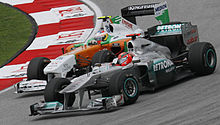 Photo de Michael Schumacher en lutte avec Adrian Sutil au Grand Prix de Malaisie 2011