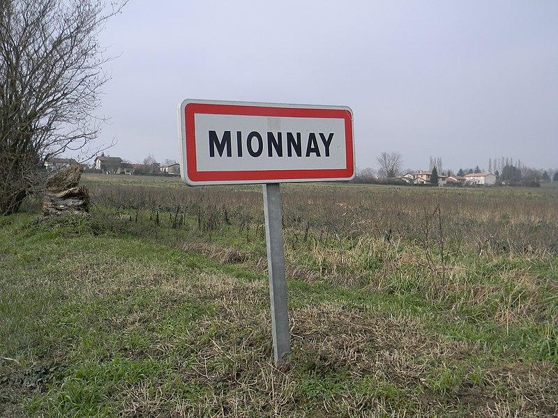Panneau d'entrée dans la commune de Mionnay.