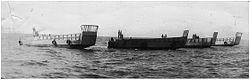 """נמ""""כים - נחתות מכוניות הורדו למים באילת לנוכח תצפיות מעקבה לדימוי הכפלת כושר ההנחתה, מאי 1967."""
