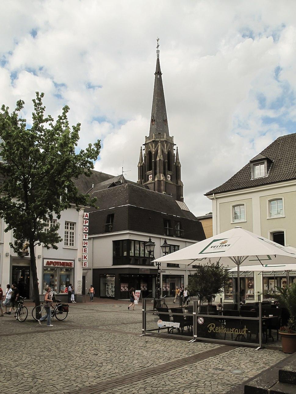 Moers, evangelische Stadtkirche in straatzicht Dm2 foto3 2013-07-29 11.29