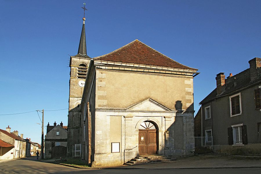Façade de l'église de Montillot le soir