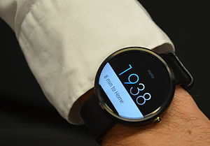 Android Wear - Image: Moto 360Cropped