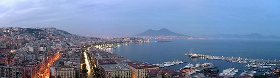 La baie de Naples (Campanie) et, en fond, le Vésuve