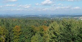 Blick von der Platte (499 m) auf den Neuburger Wald. Im Hintergrund sind die Berge des Bayerischen Waldes erkennbar.