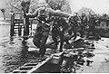Niemieccy żołnierze forsują Skaldę (2-399).jpg