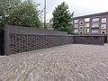 Nijmegen Titushof, muur noordzijde met naamplaten Carmelkloosters.JPG