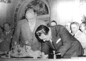 RMS Andes (1939) - President Juan Perón (right, signing a document) and UK Ambassador Reginald Leeper (left, watching him) in 1948. The event is not the trade agreement aboard Andes but the nationalisation of British-owned railways in Argentina.