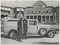 Personeel van ziekenvervoer Margriet voor hun nieuwe ambulance, een Lincoln model K modeljaar 1931, staande voor Spaar en Hout. NL-HlmNHA 54005590.JPG