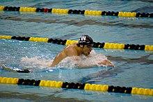 Seorang atlet renang sedang berenang