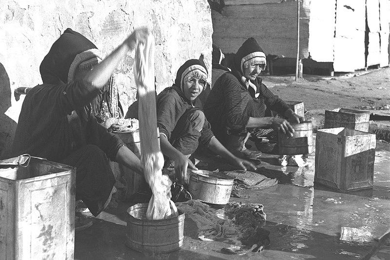 נשים במחנה המעבר בעדן