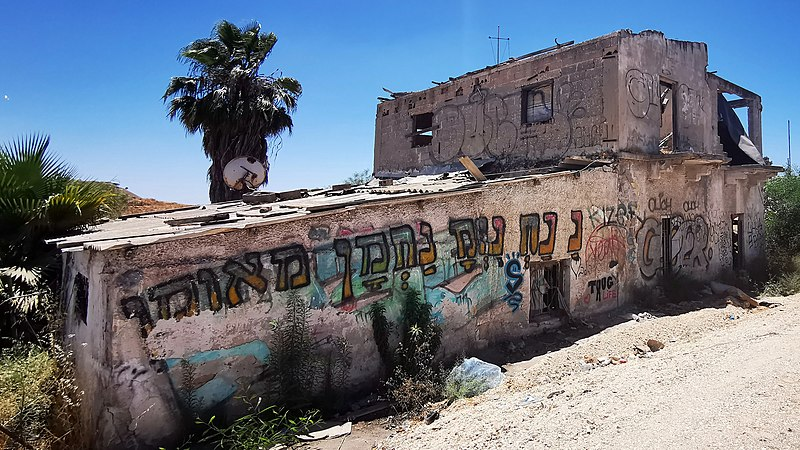 מבנה נטוש בצד כביש 461