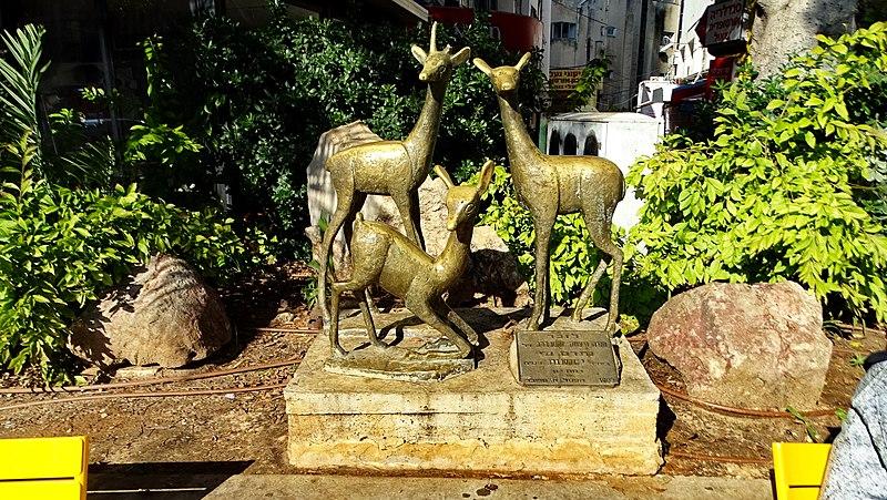 פסל שלוש איילות ברמת גן