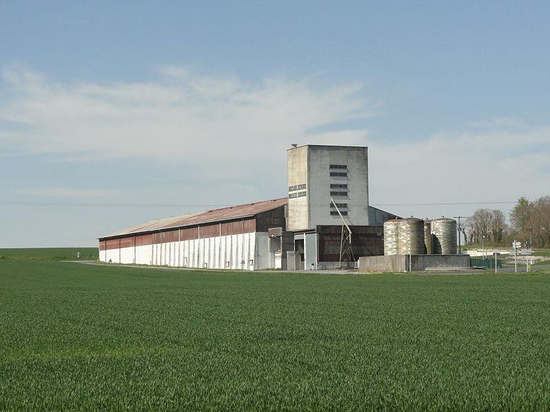 Le silo au nord du village de Pocancy (France).