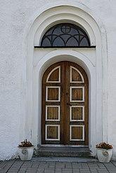 Fil:Port med fönster Vallby kyrka.JPG
