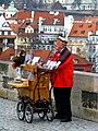 Prag - Leierkastenmann auf der Karlsbrücke - Organ mlýnek na Karlově mostě - panoramio.jpg
