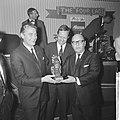 Prix de Joke 1964 voor Bert Haanstra, Simon van Collem reikt hem het beeldje uit, Bestanddeelnr 916-2520.jpg