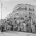 Publiek en een politieagent tijdens de militaire parade in Haifa bij gelegenheid, Bestanddeelnr 255-0995.jpg
