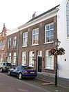 Lijstgevel voor huis van parterre en verdieping onder zadeldak