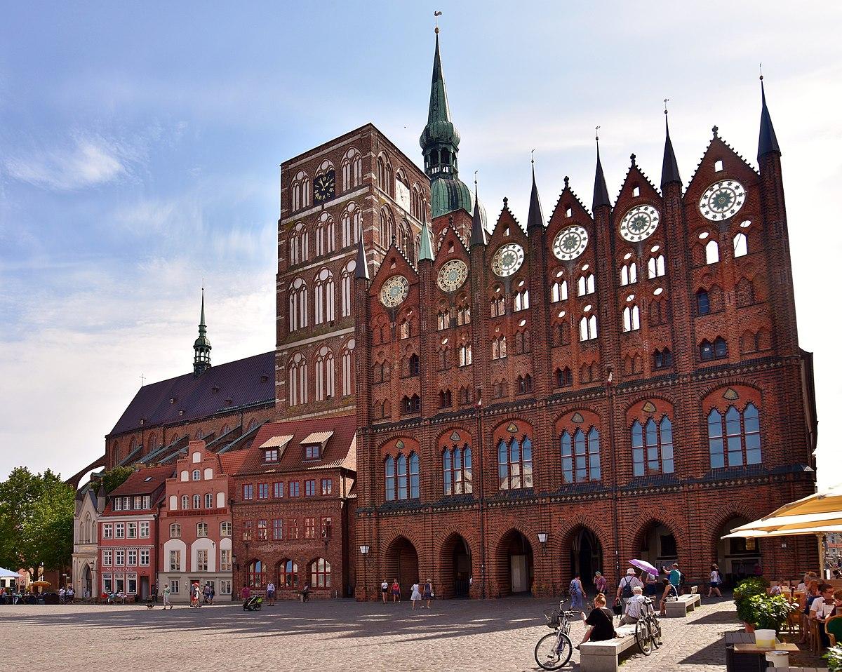 Rathaus (rechts) mit Schaufassade, dahinter die Nikolaikirche