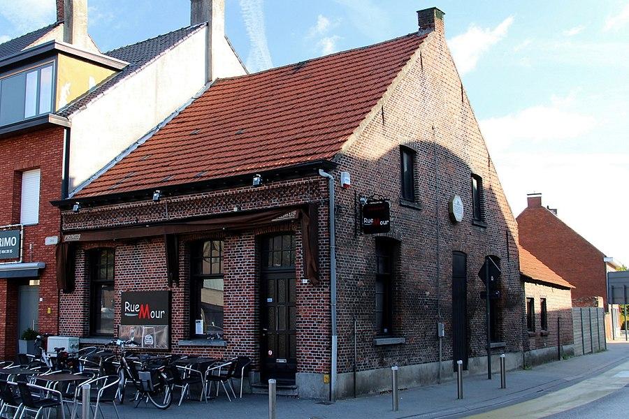 Op de hoek met de Bochtenstraat. Dorpswoning met café uit circa 1901.