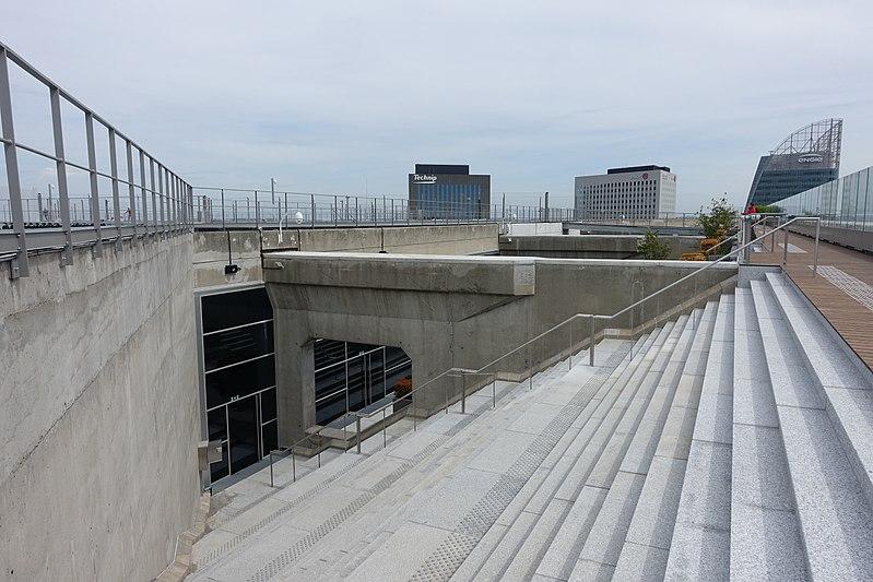 File:Rooftop observatory @ Grande Arche @ La Défense @ Paris (34374945633).jpg