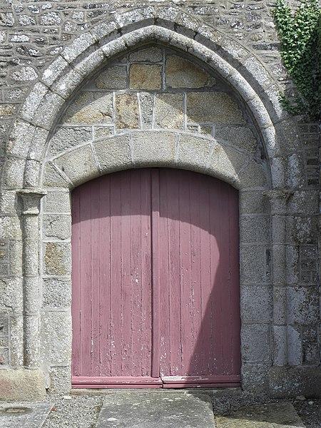 Extérieur de l'église Saint-Georges de Saint-Georges-de-Gréhaigne (35). Façade occidentale. Portail.
