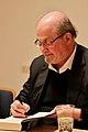Salman Rushdie signierend, 2017 Literaturfest München.jpg
