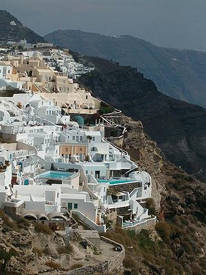 Minoan eruption - Mansions and hotels on the steep cliffs.