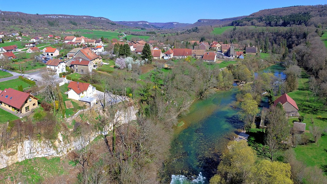 Le village de Scey-en-Varais au bord de la Loue
