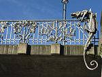 Schnewlinbrücke über die Dreisam und B 31a in Freiburg, Jugendstilgeländer mit Drache 3.jpg
