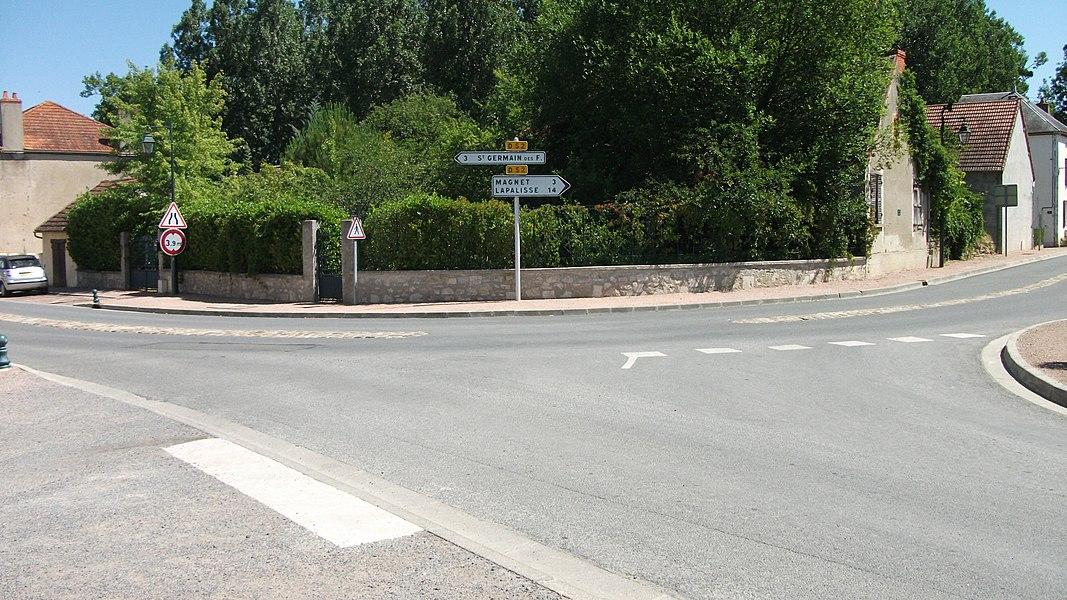 La Départementale 52 à Seuillet. À l'ouest, en direction de Saint-Germain-des-Fossés. À l'est, en direction de Magnet et Lapalisse.panneaux: SES - 1991