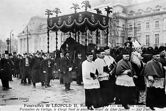 https://upload.wikimedia.org/wikipedia/commons/thumb/0/0d/Solemn_Funeral_of_the_King.jpg/640px-Solemn_Funeral_of_the_King.jpg